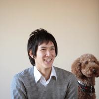 犬と微笑む20代男性 20027000668| 写真素材・ストックフォト・画像・イラスト素材|アマナイメージズ