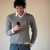 音楽を聴きながら携帯を見る20代男性 20027000669A| 写真素材・ストックフォト・画像・イラスト素材|アマナイメージズ