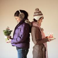 ケーキとツリーを持った2人の20代女性