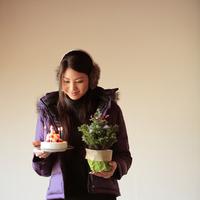 ケーキとツリーを持った20代女性 20027000720| 写真素材・ストックフォト・画像・イラスト素材|アマナイメージズ