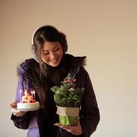 ケーキとツリーを持った20代女性 20027000722| 写真素材・ストックフォト・画像・イラスト素材|アマナイメージズ