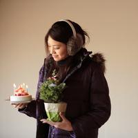 ケーキとツリーを持った20代女性 20027000723| 写真素材・ストックフォト・画像・イラスト素材|アマナイメージズ