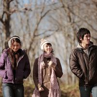 散歩する若者たち 20027000729| 写真素材・ストックフォト・画像・イラスト素材|アマナイメージズ