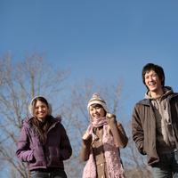 散歩する若者たち 20027000730| 写真素材・ストックフォト・画像・イラスト素材|アマナイメージズ