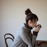 スープを飲む20代女性