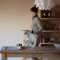 ご飯の支度をする20代女性