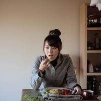 ご飯を食べる20代女性