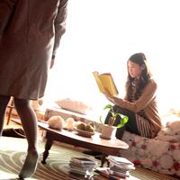 友達の部屋に遊びに来た20代女性 20027000750| 写真素材・ストックフォト・画像・イラスト素材|アマナイメージズ