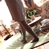 友達の部屋に遊びに来た20代女性 20027000751C| 写真素材・ストックフォト・画像・イラスト素材|アマナイメージズ