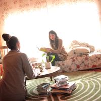 部屋でくつろぐ2人の20代女性 20027000753| 写真素材・ストックフォト・画像・イラスト素材|アマナイメージズ