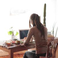 パソコンに向かって仕事をする女性 20027000794| 写真素材・ストックフォト・画像・イラスト素材|アマナイメージズ