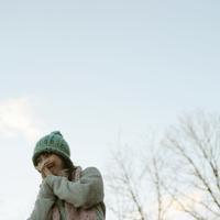 手に息をかけて暖めている女性 20027000832| 写真素材・ストックフォト・画像・イラスト素材|アマナイメージズ