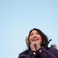 空を見上げる女性 20027000838| 写真素材・ストックフォト・画像・イラスト素材|アマナイメージズ
