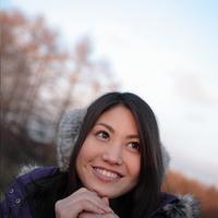 自然の中で微笑む女性 20027000839A| 写真素材・ストックフォト・画像・イラスト素材|アマナイメージズ