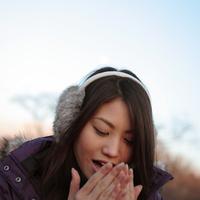 手に息をかけて暖めている女性 20027000840| 写真素材・ストックフォト・画像・イラスト素材|アマナイメージズ