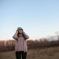 遠くを見つめる女性 20027000843C| 写真素材・ストックフォト・画像・イラスト素材|アマナイメージズ