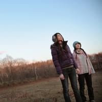 空を見上げる2人の女性