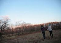 自然の中を走る2人の女性
