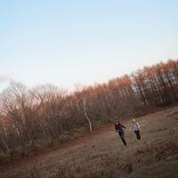自然の中を走る2人の女性 20027000846| 写真素材・ストックフォト・画像・イラスト素材|アマナイメージズ
