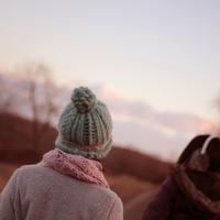 夕暮れを見つめる2人の女性 20027000847| 写真素材・ストックフォト・画像・イラスト素材|アマナイメージズ
