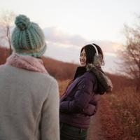 話をしている2人の女性 20027000848A| 写真素材・ストックフォト・画像・イラスト素材|アマナイメージズ