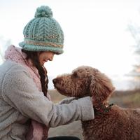 犬に微笑む女性 20027000850| 写真素材・ストックフォト・画像・イラスト素材|アマナイメージズ