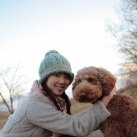 道にしゃがむ女性と犬 20027000851| 写真素材・ストックフォト・画像・イラスト素材|アマナイメージズ