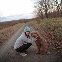 道にしゃがむ女性と犬 20027000852| 写真素材・ストックフォト・画像・イラスト素材|アマナイメージズ