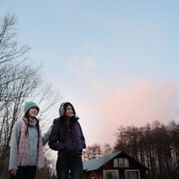 遠くを眺める2人の女性 20027000853A| 写真素材・ストックフォト・画像・イラスト素材|アマナイメージズ