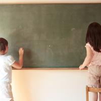 黒板に文字を書く女の子たち