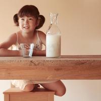 ミルクを飲もうとしている女の子