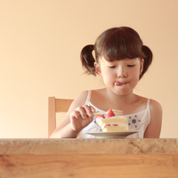ケーキを食べている女の子