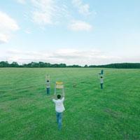 椅子を手に草原をゆく若者達 20027001000| 写真素材・ストックフォト・画像・イラスト素材|アマナイメージズ