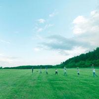 椅子を手に草原をゆく若者達 20027001004| 写真素材・ストックフォト・画像・イラスト素材|アマナイメージズ