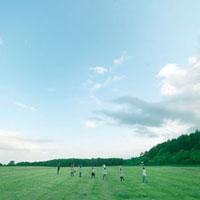 椅子を手に草原をゆく若者達 20027001005| 写真素材・ストックフォト・画像・イラスト素材|アマナイメージズ