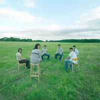 草原で椅子に座る若者達 20027001007| 写真素材・ストックフォト・画像・イラスト素材|アマナイメージズ