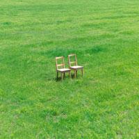 草原に並んだ2脚の椅子 20027001015| 写真素材・ストックフォト・画像・イラスト素材|アマナイメージズ