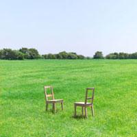 向かい合った2脚の椅子