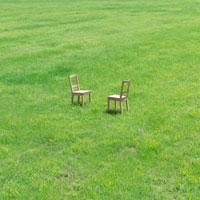 向かい合った2脚の椅子 20027001017| 写真素材・ストックフォト・画像・イラスト素材|アマナイメージズ