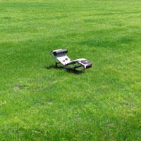 草原の中のリクライニングチェア 20027001018| 写真素材・ストックフォト・画像・イラスト素材|アマナイメージズ