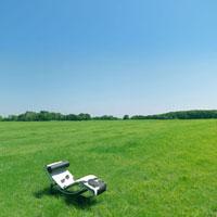 草原の中のリクライニングチェア