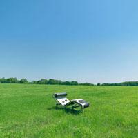 草原の中のリクライニングチェア 20027001020B| 写真素材・ストックフォト・画像・イラスト素材|アマナイメージズ
