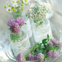 テーブルの上の野花