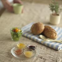 手作りジャムとパンのある食卓 20027001085| 写真素材・ストックフォト・画像・イラスト素材|アマナイメージズ