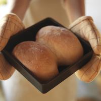 焼きたてパンを持つ手元