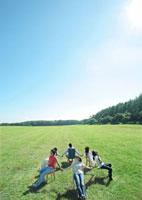 草原で輪になって手をつなぐ若者たち 20027001112A| 写真素材・ストックフォト・画像・イラスト素材|アマナイメージズ