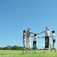 草原で輪になって手をつなぐ若者たち 20027001117A| 写真素材・ストックフォト・画像・イラスト素材|アマナイメージズ