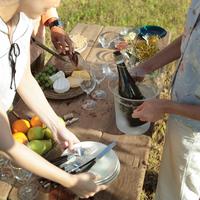 ピクニックで食事の準備をする若者