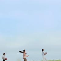 草原を並んで歩く若者たち