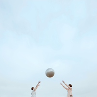 キャッチボールをする2人